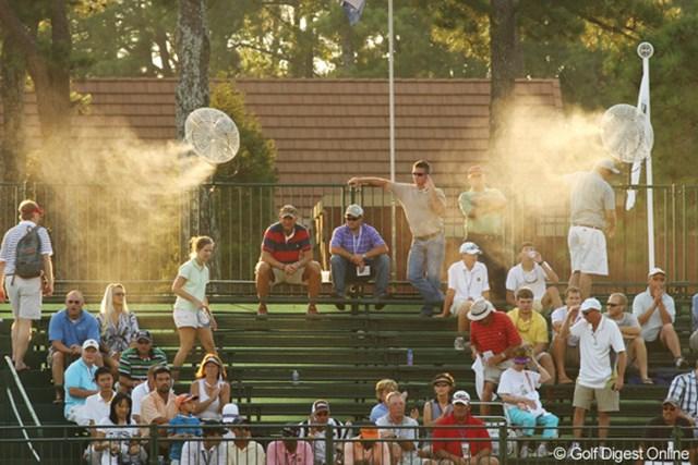 2011年 全米プロゴルフ選手権 2日目 ミストサービス ギャラリースタンドの最上段にある扇風機からはミストが出ている。気持ちよさそう