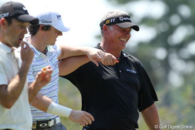 2011年 全米プロゴルフ選手権 2日目 北アイルランド仲間 R.マキロイとD.クラークは大の仲良し。ラウンド中に肘鉄で小突き合いしている