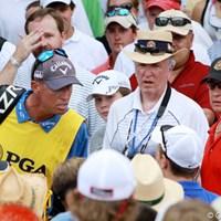 ラウンド中に携帯電話による撮影を行ったギャラリーにミケルソンのキャディは詰め寄った 2011年 全米プロゴルフ選手権 3日目 ジム・マッケイ