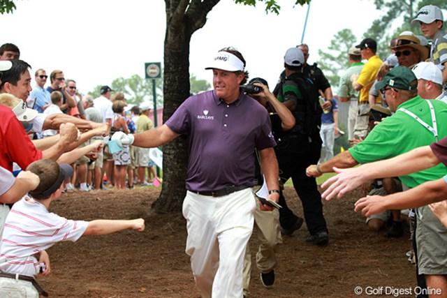 2011年 全米プロゴルフ選手権 3日目 フィル・ミケルソン 一時は-2までスコアを伸ばしたが、上がりでつまずきイーブンパーに逆戻り。写真は9番の折り返し。ファンは大喜びだだった