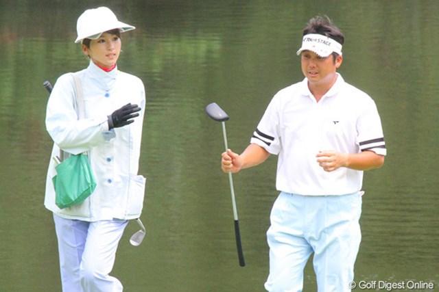 大会連覇のかかる野仲茂。左のキャディさんは、試合では宮本勝昌を担当する予定