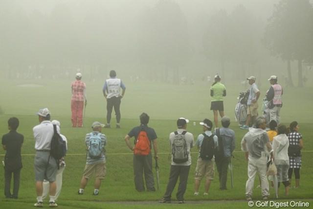 霧でグリーンが見えません。奇跡的にサスペンデッドにはなりませんでしたが、霧が晴れるのをしばしば待つ場面も。