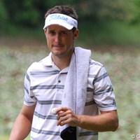イーグルを決めたボールにサインをし、ギャラリーの子供にプレゼントしたネベン・ベーシック 2011年 関西オープンゴルフ選手権競技 2日目 ネベン・ベーシック