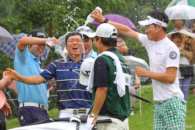 ハン・ジュンゴン、キム・ヒョンソンなどから水の祝福を受けるミンギュ