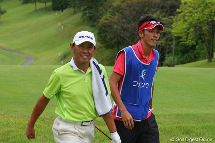 キャディの息子さんに、タオルを肩にかけてもらう一幕 2011年 ファンケルクラシック 最終日 高橋勝成