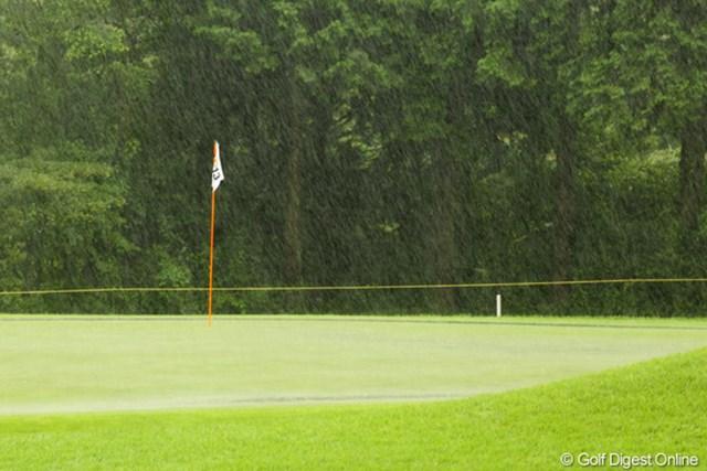 ものすごい、滝のような雨で13:52に一時中断。
