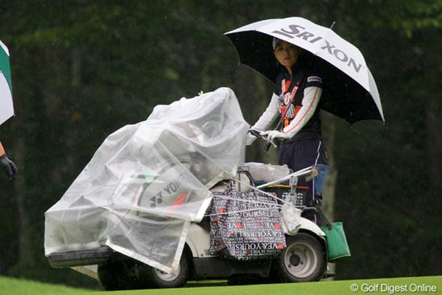 雨の中、プロアマ戦をプレーする横峯さくら。カートを自ら操る場面も
