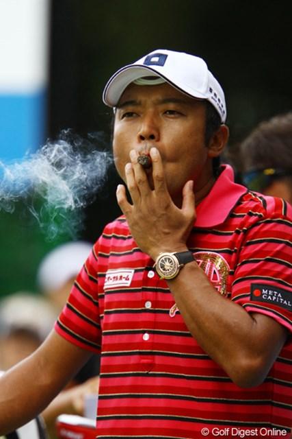 2011年 VanaH杯KBCオーガスタゴルフトーナメント 2日目 片山晋呉 葉巻も気になりますが・・・個人的には帽子からおでこに飛び出ている、3本の紐のような物が気になります?何だろうコレ???