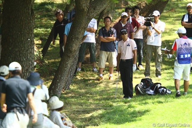 2011年 VanaH杯KBCオーガスタゴルフトーナメント 3日目 キム・キョンテ 林に打ち込むなど、キョンテらしからぬ場面も。それでも最終日に一番怖い存在ですね。トップとは3打差