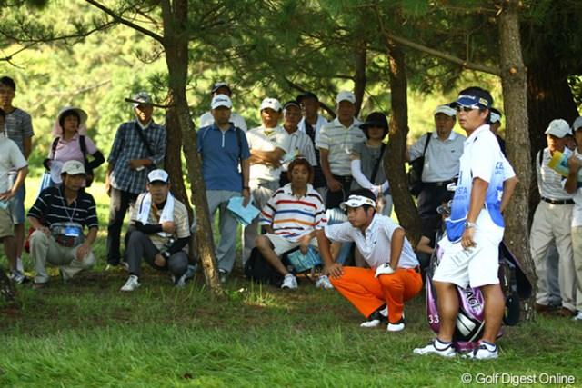 2011年 VanaH杯KBCオーガスタゴルフトーナメント 最終日 池田勇太 スタート1番ホールティショットをいきなり林の中へ。勇太のオレンジ色のパンツって珍しくないですか?