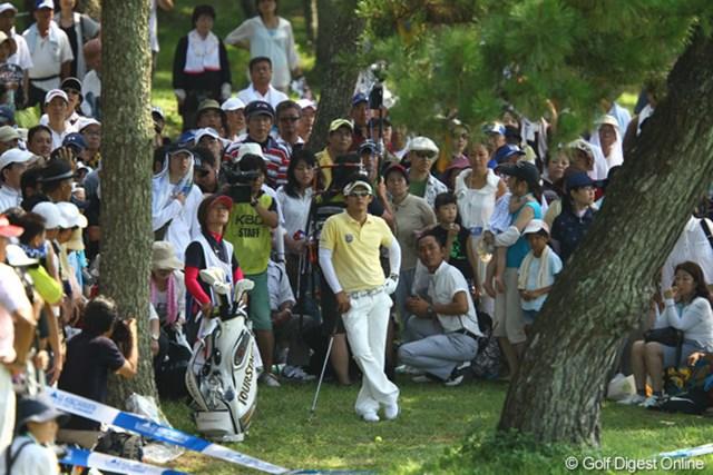 2011年 VanaH杯KBCオーガスタゴルフトーナメント 最終日 近藤共弘 サードショットは誰にも予想できなかった、まさかのシャンクでボールは林の中へ。万事休す