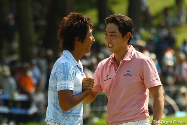 2011年 VanaH杯KBCオーガスタゴルフトーナメント 最終日 ベ・サンムン 同組でラウンドしたJ・チョイから祝福されて照れ笑い。まぁそれにしても韓国勢、強過ぎますねぇ。今年はまだ2勝した選手もいないし、最後まで大混戦の男子ツアーになりそうですね