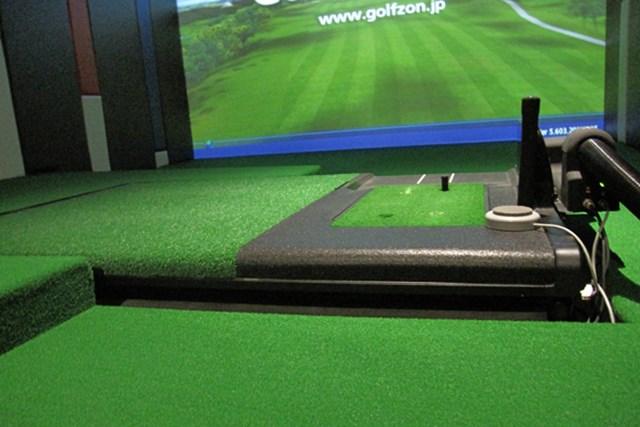 練習場とゴルフ場の架け橋に!最新のゴルフシミュレーター事情 NO.3 可動式スイングプレーンは、前後左右に動くことで本番さながらのライを体感できる