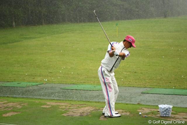 土砂降りの雨に打たれながら、練習場でクラブを振り続けた石川遼