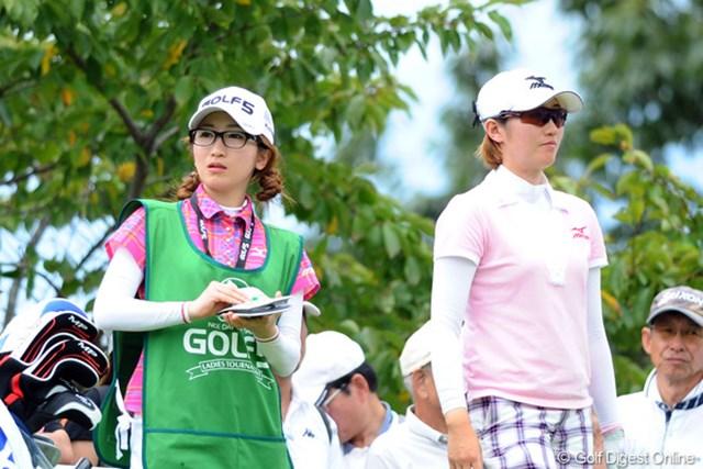 2011年 ゴルフ5レディス 初日 飯島茜 ハルちゃん(妹)久々のキャディやん!その黒ぶちメガネに「萌える」っちゅう某紙のカメラマンがいたことをご報告しておきます。36位T