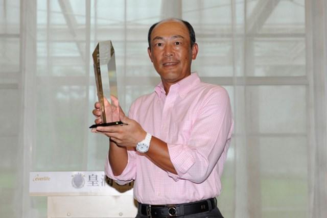 レギュラーツアーから遡ると、18年ぶりの優勝となった白浜育男。ツアー初勝利を逆転で飾った(画像提供元:日本プロゴルフ協会)