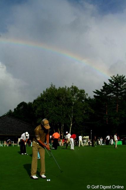 遼くんも第2ラウンドに向けてパッティング練習。空には虹が。