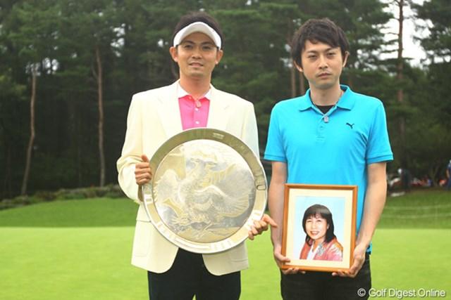 表彰式には母・孝子さんの遺影を抱いた兄・誠一さんも