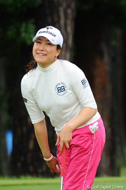 2011年 ゴルフ5レディス 最終日 イエ・リーイン  ウイニングパットを決めた瞬間。ガッツポーズも万歳も無く、お茶目な笑顔でフィニッシュ。最強の人妻争いに新たな刺客の登場!