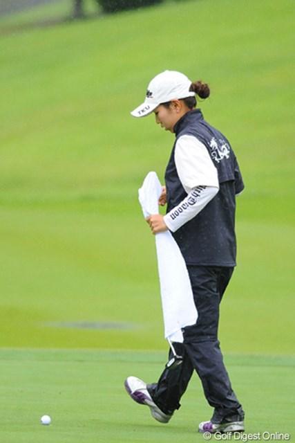 2011年 ゴルフ5レディス 最終日 笠りつ子  えげつない雨やったんで選手は大変!リッちゃんはクラブをタオルで包んでグリップが濡れるのを防いでおりました。2位T