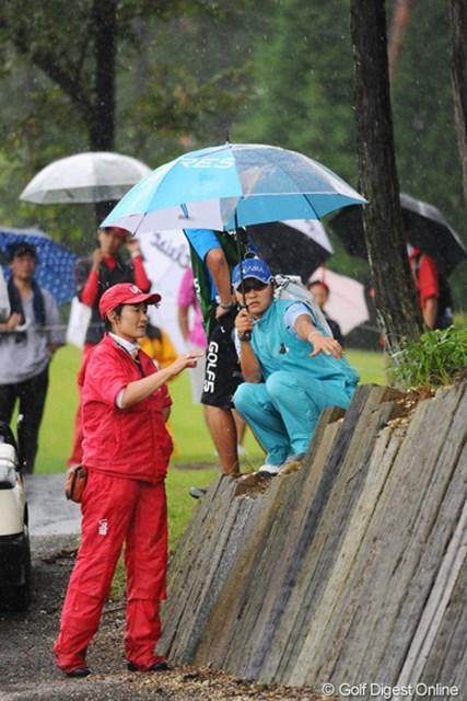 2011年 ゴルフ5レディス 最終日 藤田幸希  チャッキーの指差す先、カート道路脇の土手の上にボールが止まってしまております。