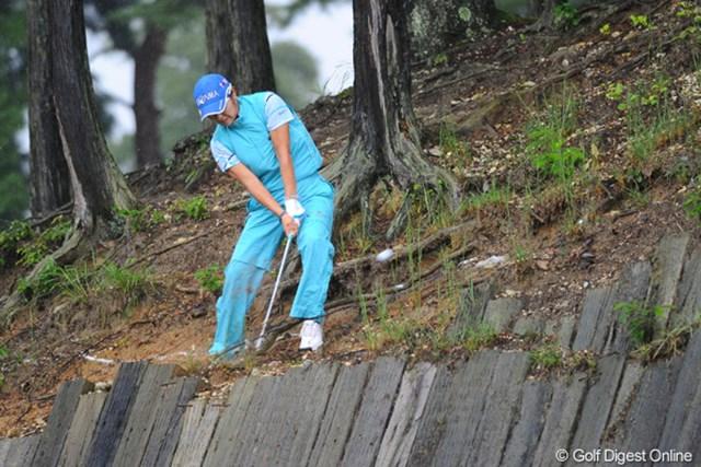 2011年 ゴルフ5レディス 最終日 藤田幸希  アドレスもままならない所からズッドーン!悪路をものともしない鬼振り!!