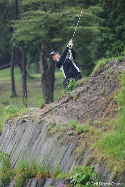 2011年 ゴルフ5レディス 最終日 ニッキー・キャンベル  チャッキーだけかと思ったら、ニッキーも良く似た場所からズッドーン!普段なら崖から転げ落ちるボールが、豪雨で柔らかくなっ地面のおかげで・・・。18位T
