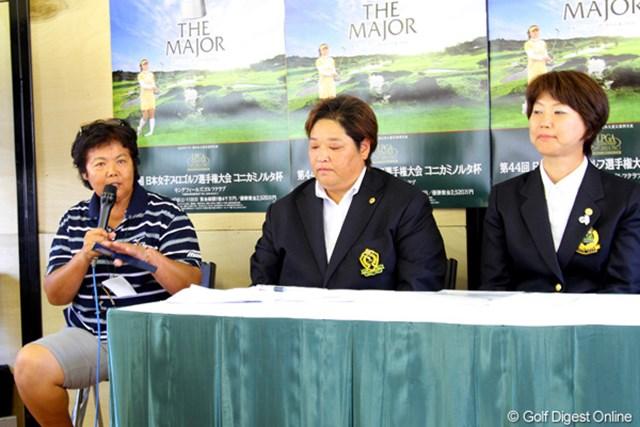 公式会見に出席した(左から)岡本綾子コースセッティングアドバイザー、入江由香選手権実行委員、小林浩美LPGA会長
