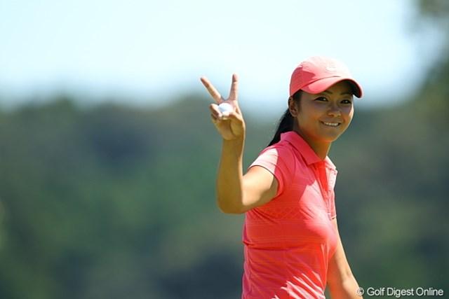 2011年 日本女子プロゴルフ選手権大会コニカミノルタ杯 初日 三塚優子 ナイスバーディーでカメラサービス