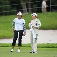 プロがキャディをやるシリーズ2/塩谷プロのキャディを務める西川プロ。 2011年 日本女子プロゴルフ選手権大会コニカミノルタ杯 2日目 塩谷育代&西川みさと