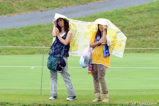 今週2回目の豪雨に遭遇。お弁当を広げるはずのビニールシートで、雨から逃れておりました。ギャラリーもつらいなァ・・・。