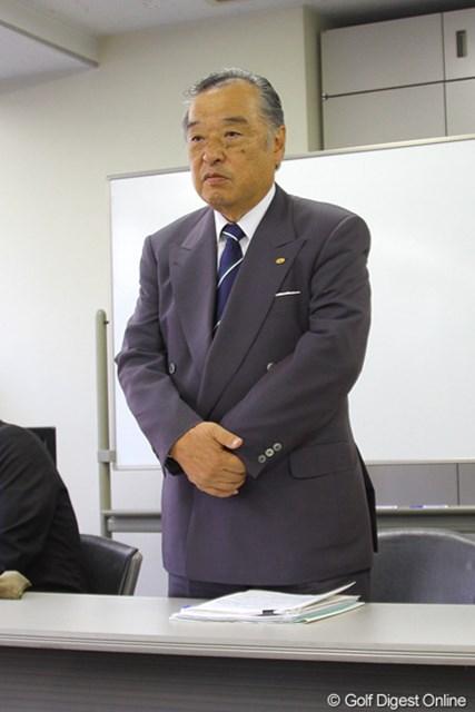 理事会後の記者会見に出席した小泉直JGTO会長