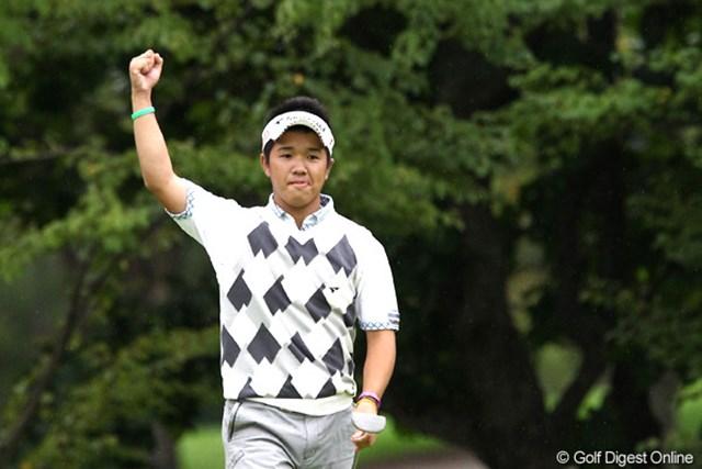 2011年 ANAオープンゴルフトーナメント 3日目 伊藤誠道 16番で長いバーディパットを沈めてガッツポーズ!石川遼以来のアマチュア優勝へ向け、首位タイで最終日を迎える