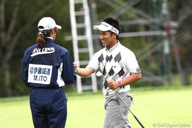 2011年 ANAオープンゴルフトーナメント 3日目 伊藤誠道 16番でキャディさんとグータッチ