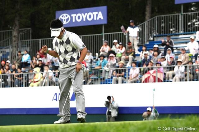 2011年 ANAオープンゴルフトーナメント 3日目 伊藤誠道 最終18番ではパーパットを決めてガッツポーズ