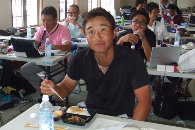 「TOSHIN GOLF TOURNAMENT IN LakeWood」最終日、報道陣が詰めるメディアルームで弁当を頬張る宮本勝昌