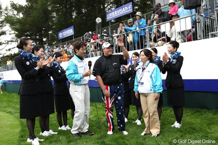 ANAのお姉さま方に囲まれて優勝インタビュー 2011年 ANAオープンゴルフトーナメント 最終日 カート・バーンズ