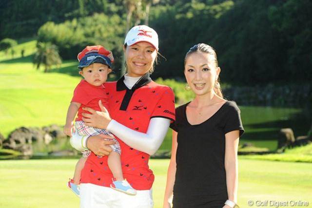 2011年 マンシングウェアレディース東海クラシック 最終日 服部真夕 姉の有華さんと、甥っ子の泰雅君(1歳)と一緒に記念撮影。姉妹あんまり似てないかな?