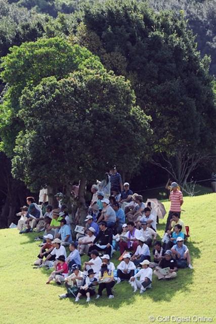 2011年 マンシングウェアレディース東海クラシック 最終日 木陰のギャラリー 9月も中旬やいうのに、ビックリするほどの酷暑でした。木陰のギャラリーの人口密度の高いこと・・・。