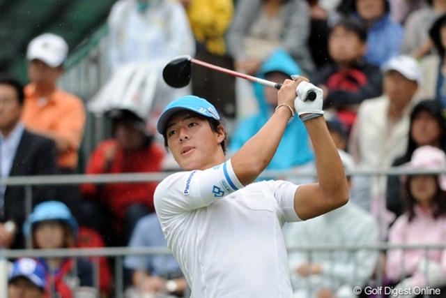 2011年 アジアパシフィックオープンゴルフチャンピオンシップパナソニックオープン 初日 石川遼 20歳になって初のティショットの行方を追う遼くん。ボールは惜しくもフェアウェイをわずかに外れて左のラフへ・・・。33位T