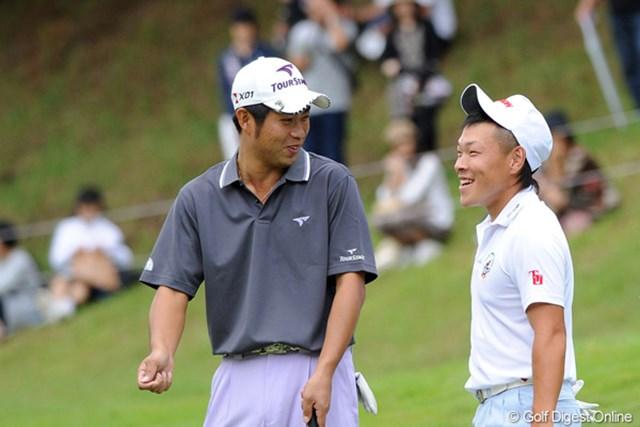 2011年 アジアパシフィックオープンゴルフチャンピオンシップパナソニックオープン 初日 藤本佳則&池田勇太 「それいけフジモトくん③」 グリーン脇で最終ホールでチーピンを打ってボギーとしたフジモトくんに、先輩が「バカかおまえ!」の一言。「もったいないことをするな」という意味だったそうです。
