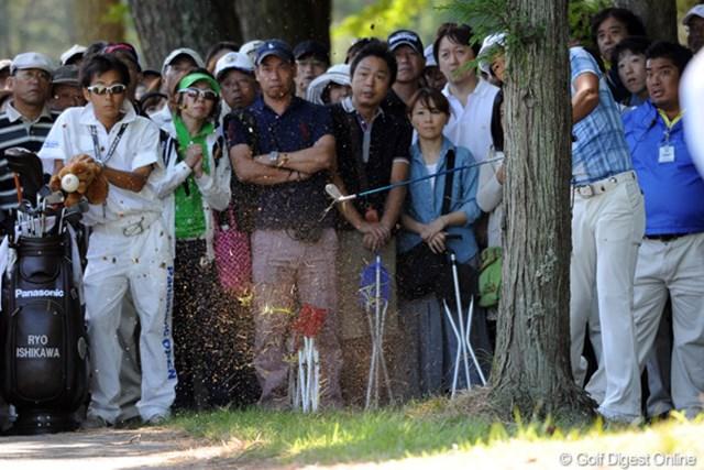2011年 アジアパシフィックオープンゴルフチャンピオンシップパナソニックオープン 2日目 石川遼 午前中はショットが右へ左への大暴れ!これ、どないして打ったんやろ・・・。しかもグリーン近くまで・・・。