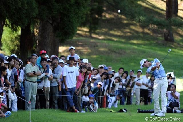 2011年 アジアパシフィックオープンゴルフチャンピオンシップパナソニックオープン 2日目 石川遼 隣のホールから、木越えの高~いボールでグリーンを狙う遼くん。エッジ付近まで運びました。