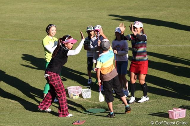 被災者の子供達とスナッグゴルフで交流、みんな楽しそう