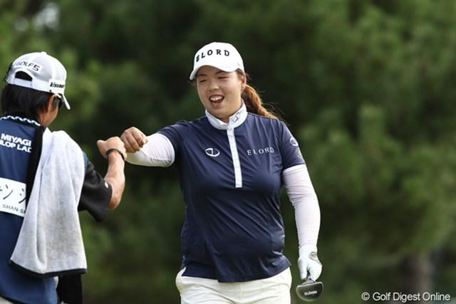 2011年 ミヤギテレビ杯ダンロップ女子オープンゴルフトーナメント 最終日 フォン・シャンシャン 18番バーディーで優勝を確実にしキャディとグータッチ