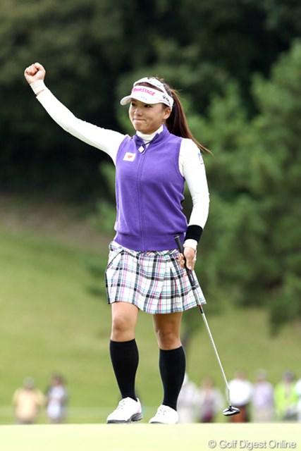 2011年 ミヤギテレビ杯ダンロップ女子オープンゴルフトーナメント 最終日 有村智恵 最終18番多くのギャラリーの前でバーディーフィニッシュ