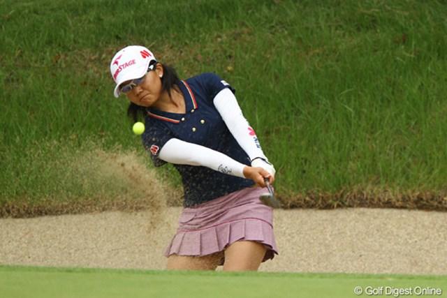 2011年 日本女子オープンゴルフ選手権競技 2日目 上原彩子 スコアを1つ落としましたが、4位タイに浮上。ラフに入れたら決して無理をしない、と言うマネージメントが功を奏したようです。