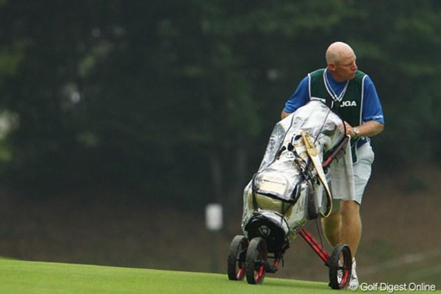 2011年 日本女子オープンゴルフ選手権競技 2日目 マイケルさん ヤング・キムのキャディ、マイケルさん。膝が悪いようでキャディバッグも担げず、手引きカートを頼りに。