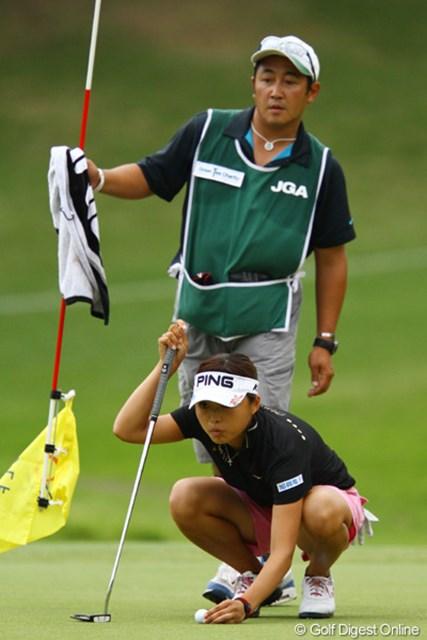 2011年 日本女子オープンゴルフ選手権競技 2日目 一ノ瀬優希 今日は1オーバーのラウンドで、8位タイに浮上。和合をよく知るキャディさんも頼りになりますね。