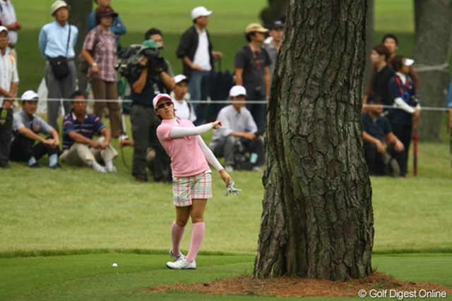 2011年 日本女子オープンゴルフ選手権競技 2日目 飯島茜 「フックで木の右から・・・こんなイメージ?」